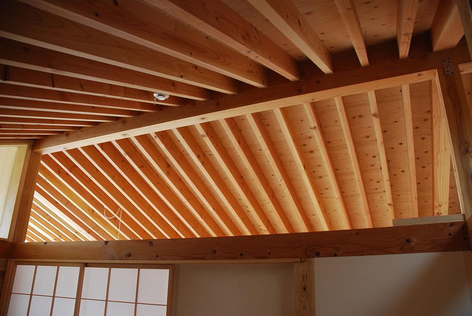 小屋梁より上はオープンで、風と光が抜けるようにしている。