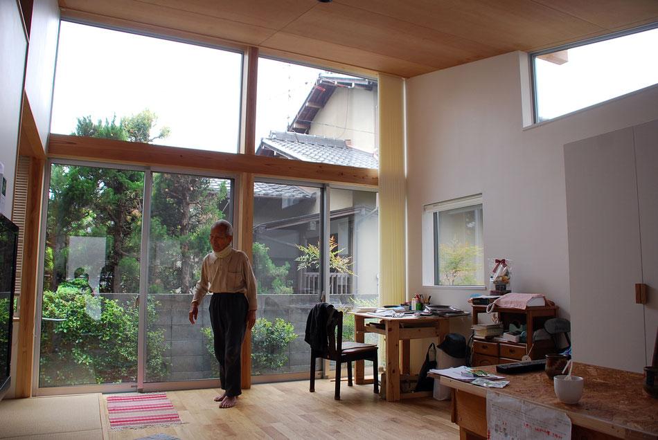 「直射光が沢山入る暖かい家にしたい」という建て主さんのご要望。  南側に大きく窓をとっている。中央がリビングダイニング。左側に少し見えるのが畳敷。