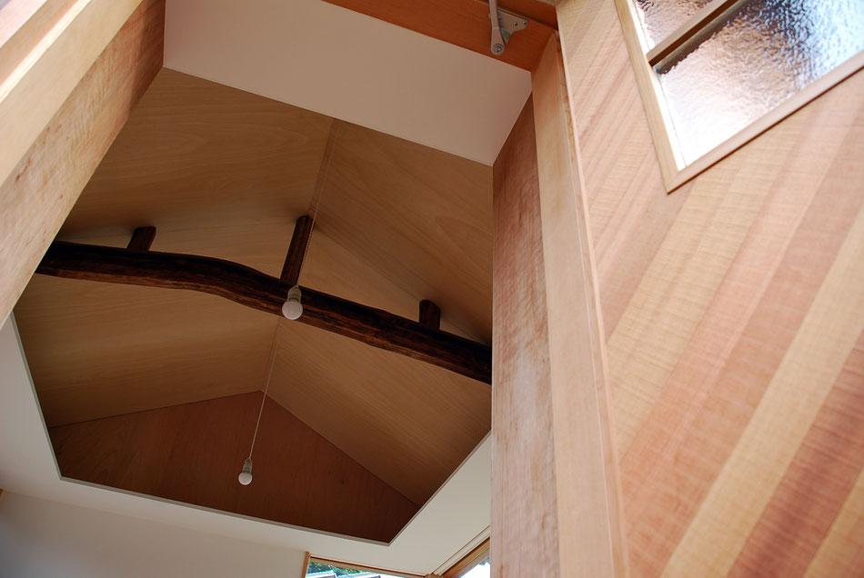 アトリエ内を見上げると、既存納屋の梁が象徴的に見えている。