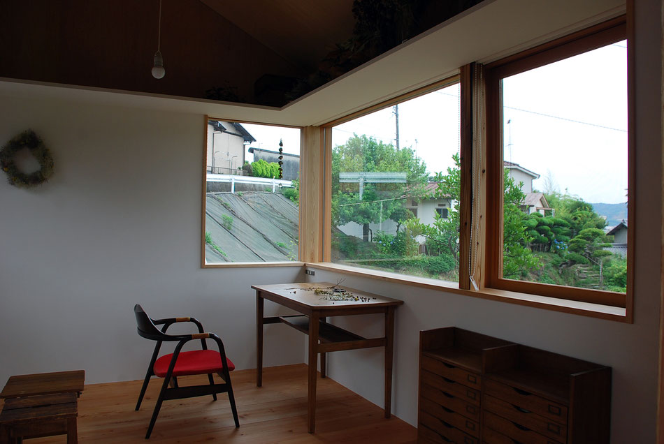 角に窓を配することで、視線の拡がりがより感じられる。  新旧の柱が混在して見えている。
