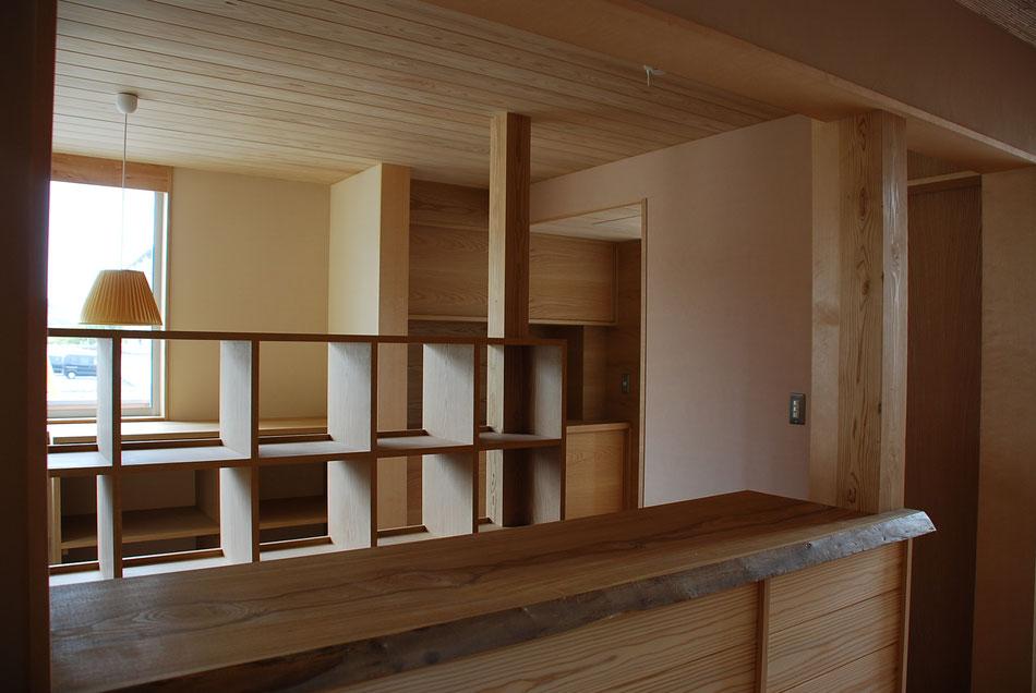 受付カウンター。  木板と漆喰が柔らかく光を反射している。
