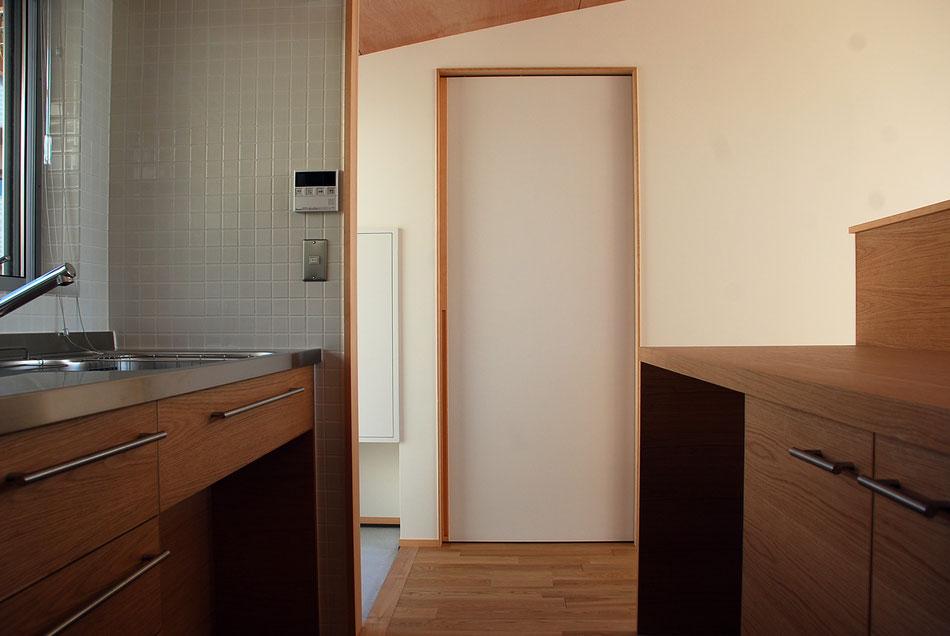 脱衣室の入口をみる。  建具枠見付を細くモダンに処理している。