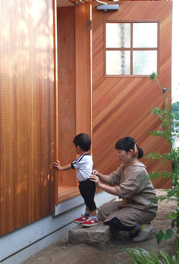 素材感のある美しい木板張り玄関戸。