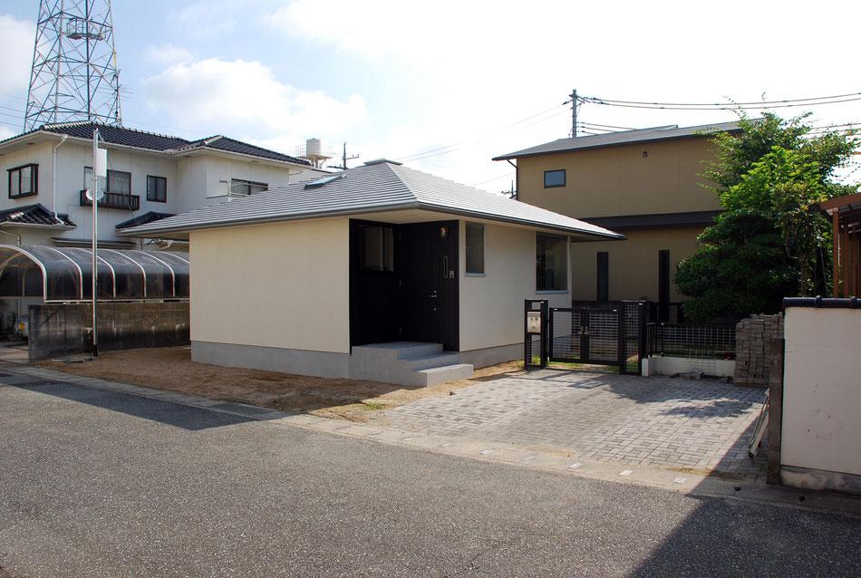 平面形状は十字形をしており、切り取られた建物四隅は、玄関アプローチやウッドデッキなどの半屋外空間となっている。