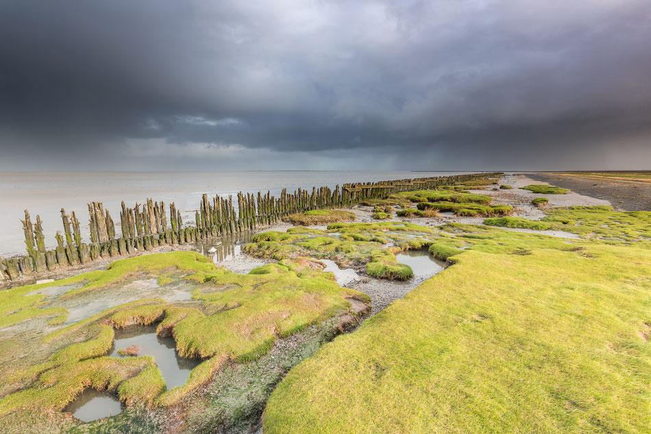 Regenwolken boven het wad bij Paesens Moddergat