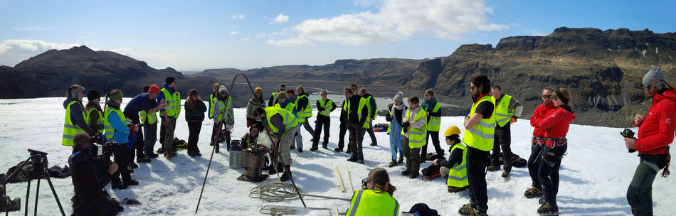 Instalation of the wire measurement to determine the glacier retreat during one year. // Bohrung und befestigung der Kabelmessung zur Bestimmung des Gletscherrückzuges innerhalb eines Jahres.