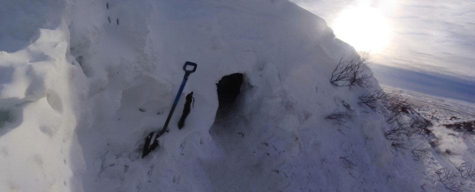 The cave at the next morning // Am nächsten Morgen vor der Schneehöhle