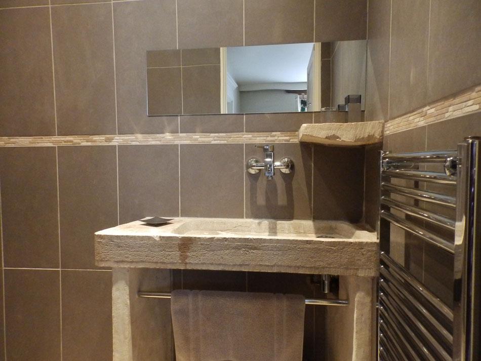 salle d'eau avec évier en pierre et douche à l'italienne