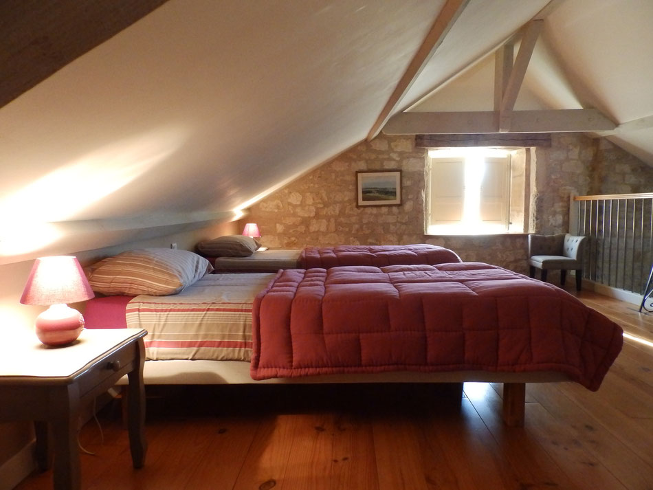 chambre avec deux lits jumeaux en mezzanine