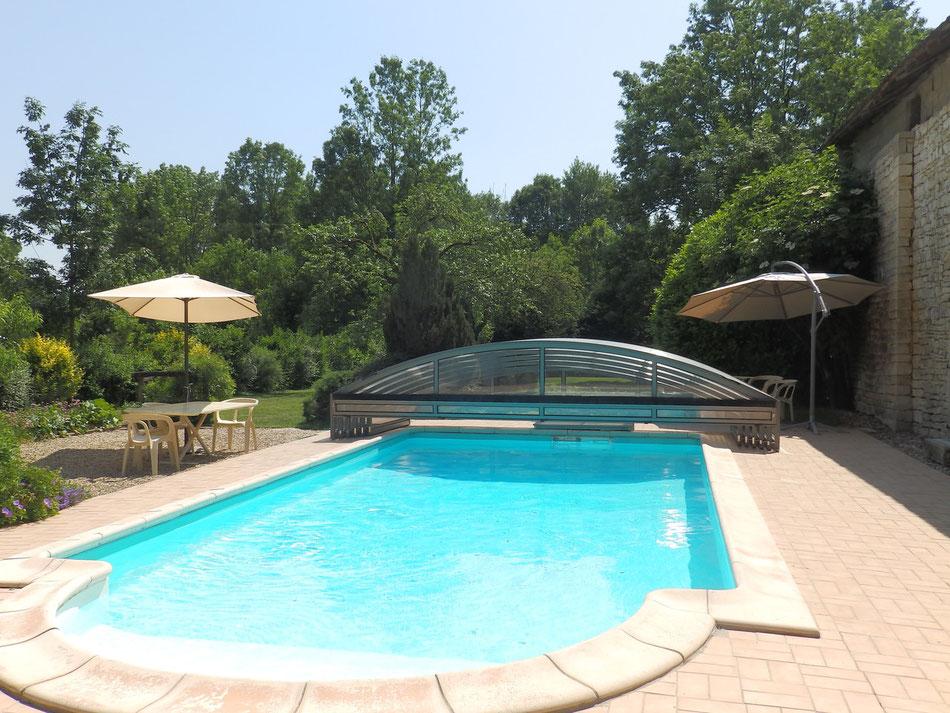 la piscine avec son abri ouvert