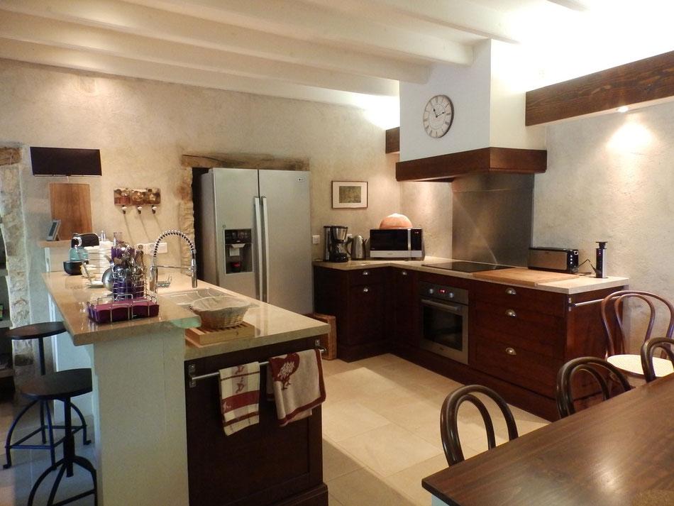 cuisine équipée du'un frigo américain, d'une table de cuisson à induction sosu une hotte, d'un four électrique et d'un lave vaisselle