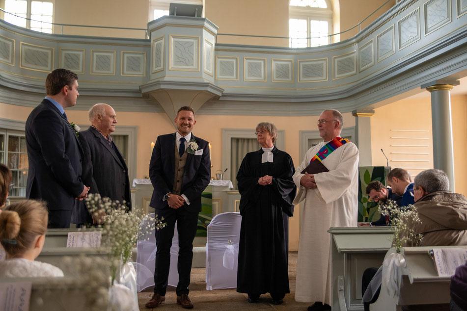 Aufgeregt wartet der Bräutigam auf seine Frau