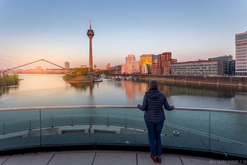 Düsseldorf Blick in den Medienhafen mit Gehry Bauten und Rheinturm