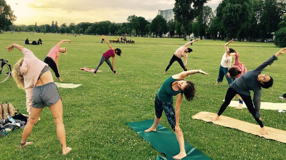 Outdoor Yoga im Rheinpark