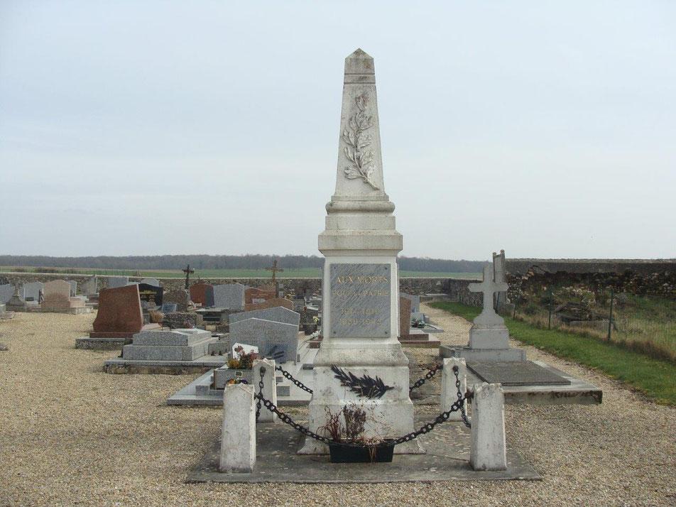 À Artonges, commune de Dhuys-et-Morin-en-Brie, le monument aux morts est situé au cimetière communal. Ce dernier jouxte l'église Saint-Pierre.
