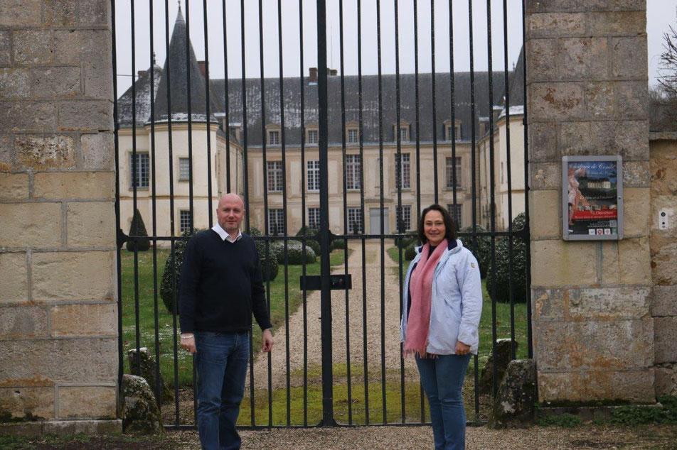 """De gauche à droite : Jérémy Pis et Irina Stenzel, """"Ensemble pour notre territoire"""", devant le Château de Condé."""