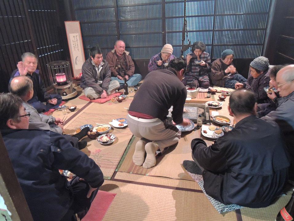 2013年3月、宿の囲炉裏の間での総会でのようす。