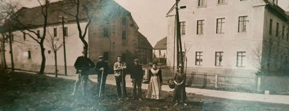 Magdalena und Rudolf Sommer mit Mitarbeitern vor ihrem Gutshof in Görna, ca. 1930, Foto: Nachlass Familie Sommer