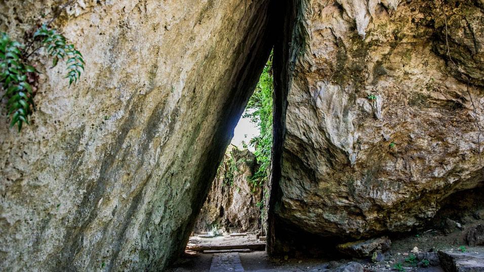 ニライカナイより降り立った琉球創世の神アマミキヨがつくったといわれる琉球王国最高の聖地「斎場御嶽」