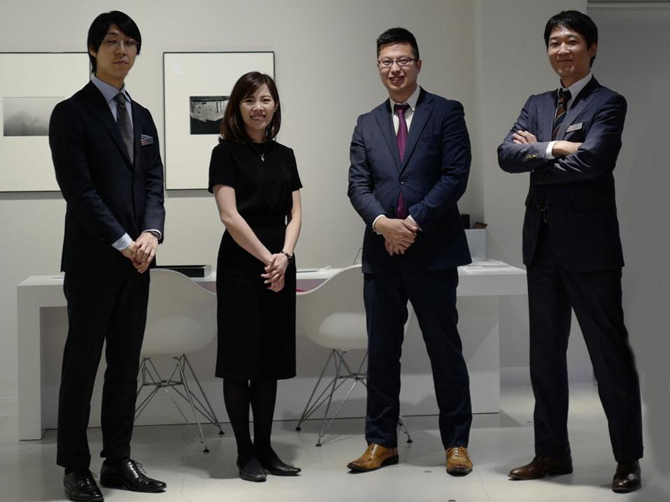 ライカ銀座Sixの皆様には本当にお世話になりありがとうございました。 写真の右から、櫻井プロ、山田さん、大石さん、八村店長。