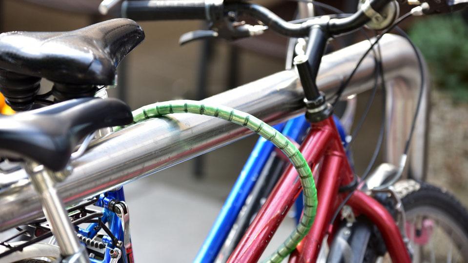 Mit Fahrradboxen, in denen auch Gepäck verstaut werden kann, und Fahrradanlehnern möchte die Gemeinde Nottuln die Abstellmöglichkeiten für Fahrräder verbessern. Foto canva
