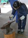 鉄工ラボでの悪戦苦闘。まさに「鉄は熱い内に打て!」である