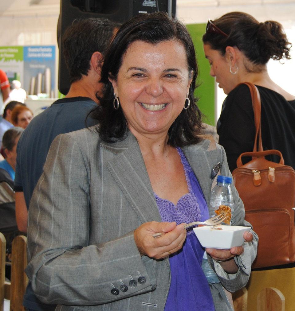 La consejera María Jesús Álvarez degustando uno de los platos de gochu asturcelta elaborados por Ramón Celorio