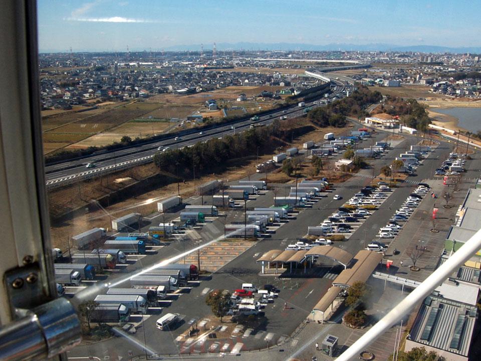 シースルーゴンドラからの眺め。岡崎平野に伊勢湾岸自動車道が続いていく