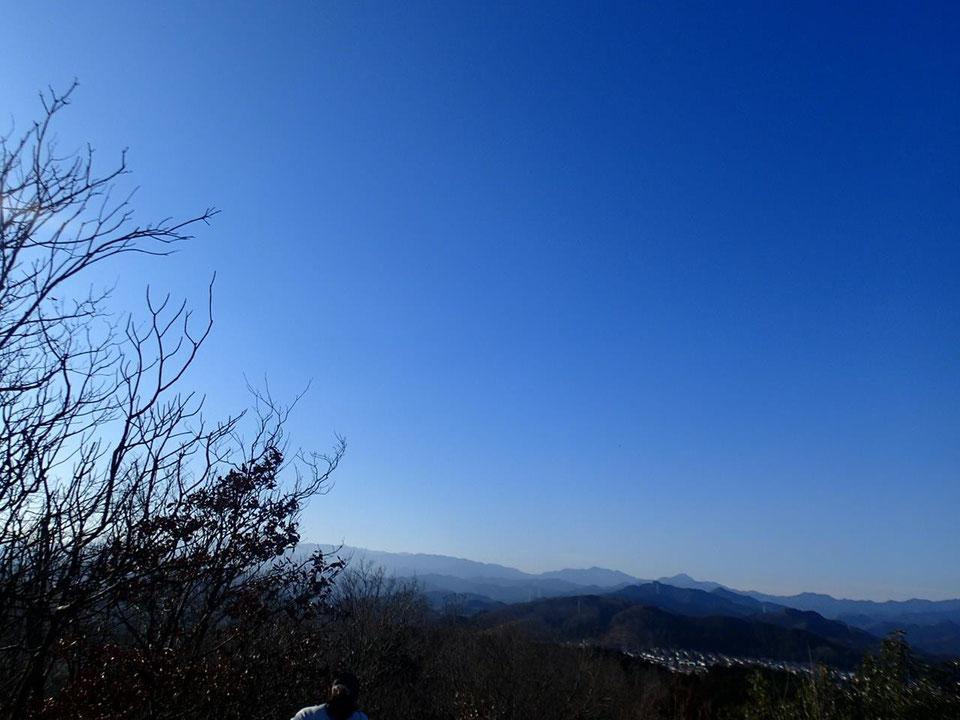多峯主山から西の奥武蔵、奥多摩の山々を臨む