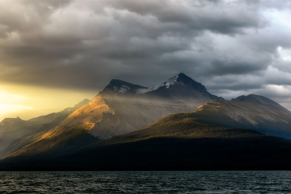 Mountain peaks around Maligne lake at sunrise