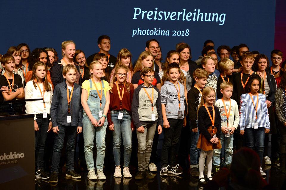Die Fotogruppe mit den Schülerinnen und Schülern Naomi Schneider (2. v.l., Lukas Külzer, Emily Kappes und Sophie Hüsch