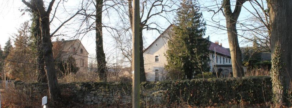 Ehemaliges Gutshaus Wunschwitz und links daneben Auszugshaus bzw. ehemalige Brennerei, Foto: Eike von Watzdorf, 2020