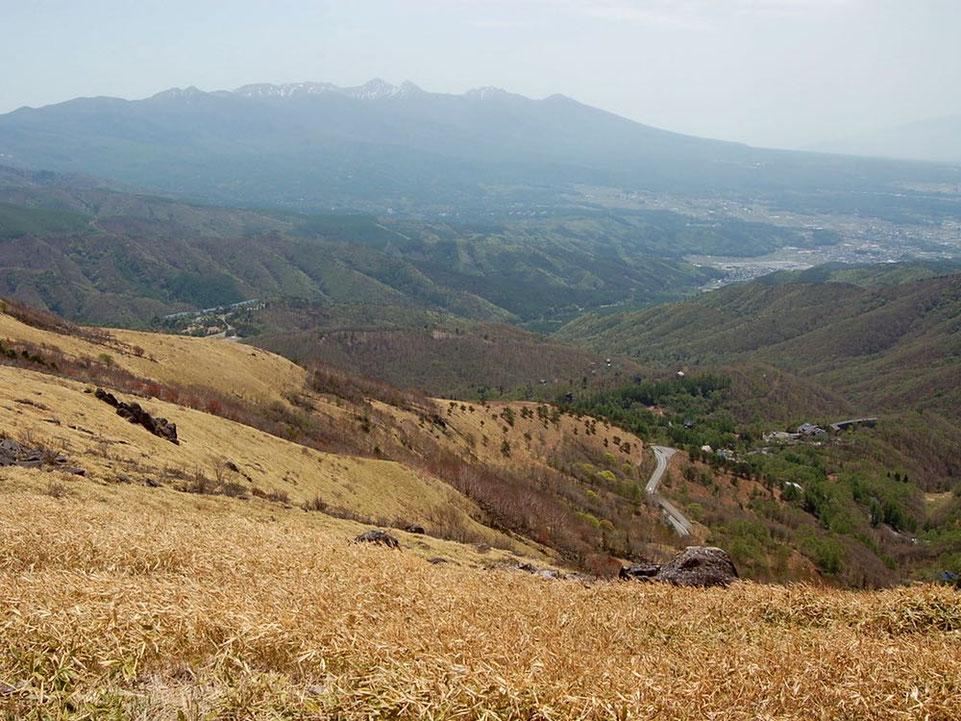 車山からビーナスラインを見下ろす。遠くに見えるのは八ヶ岳