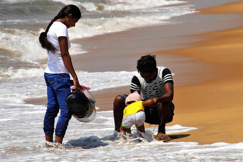 Familie am Strand auf Sri Lanka