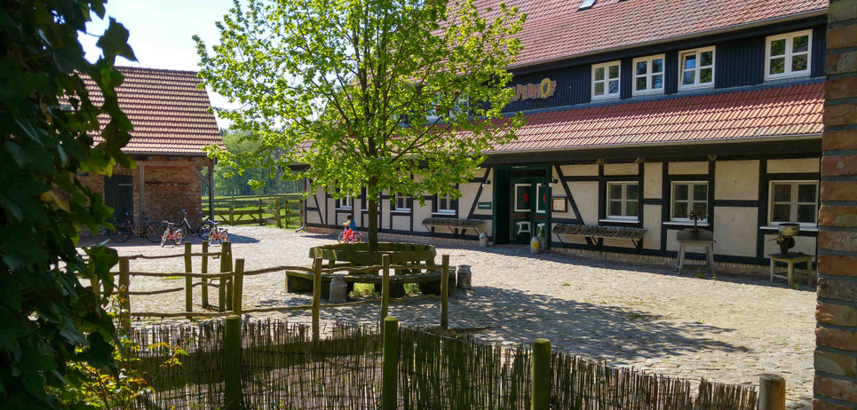 Der idyllisch gelegene Stolperhof mit seinen historischen Stuben.    Foto: ExperiArts Entertainment
