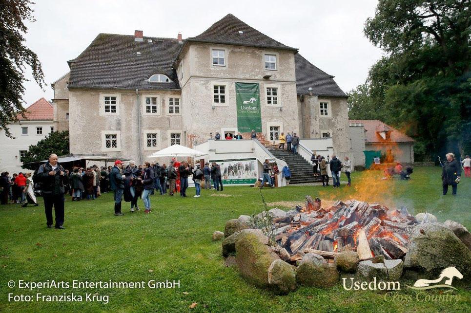 Gäste und Teilnehmer des Usedom Cross Country schöpfen bei Speiß und Trank neue Kraft am Wasserschloss Mellenthin. Foto: Franziska Krug