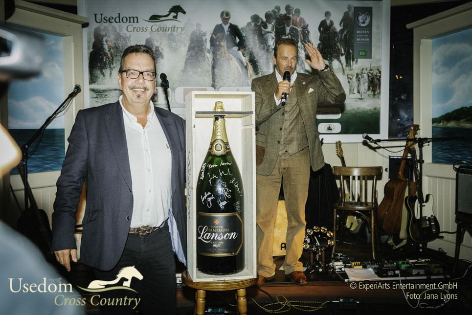 Mathias Hasbargen versteigert eine Champagnerflasche zu Gunsten der Welthungerhilfe. Und ersteigert sie am Ende selbst!
