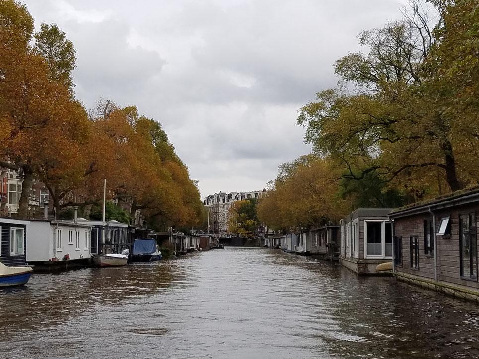 Hausboot-Siedlung in den Grachten von Amsterdam