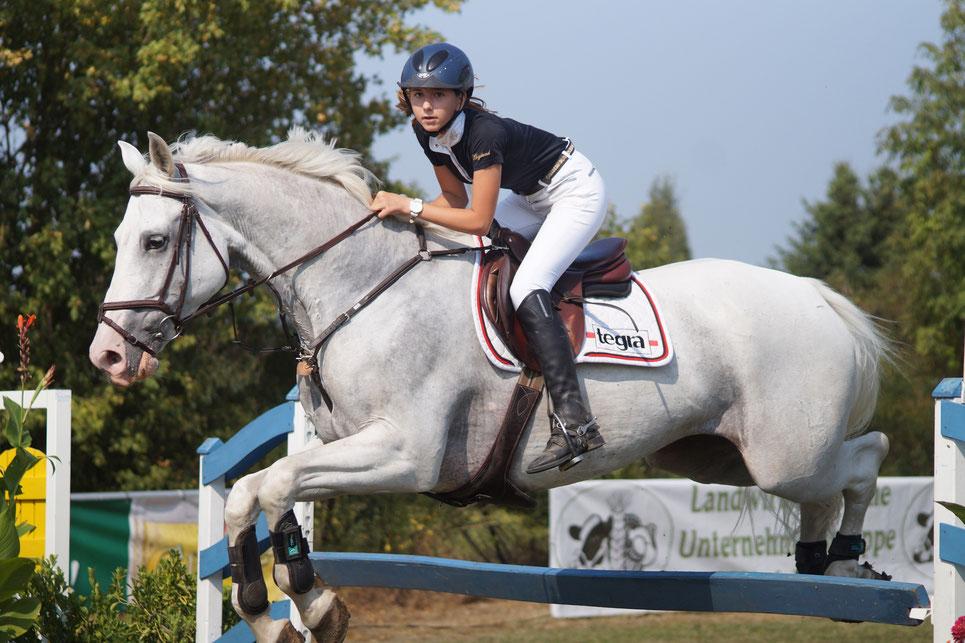 Gewinnt in Neuenhofe zwei goldene Schleifen: Die zwölfjährige Melina Ringel. Foto: Alpha-Report
