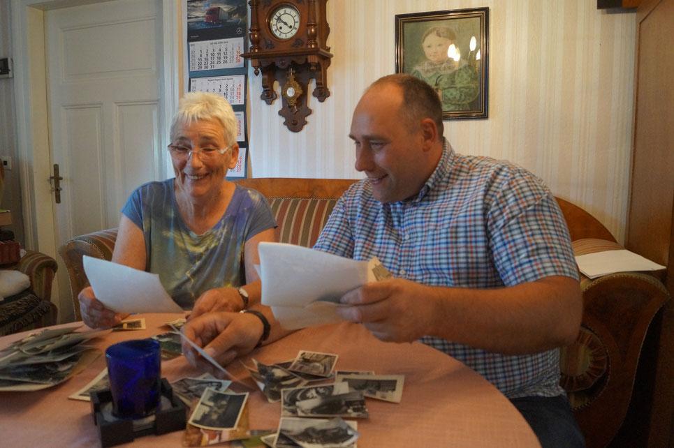 Renate und Jens Meißner sichten alte Fotos für die 100-Jahr-Feier. Foto: Alpha-Report