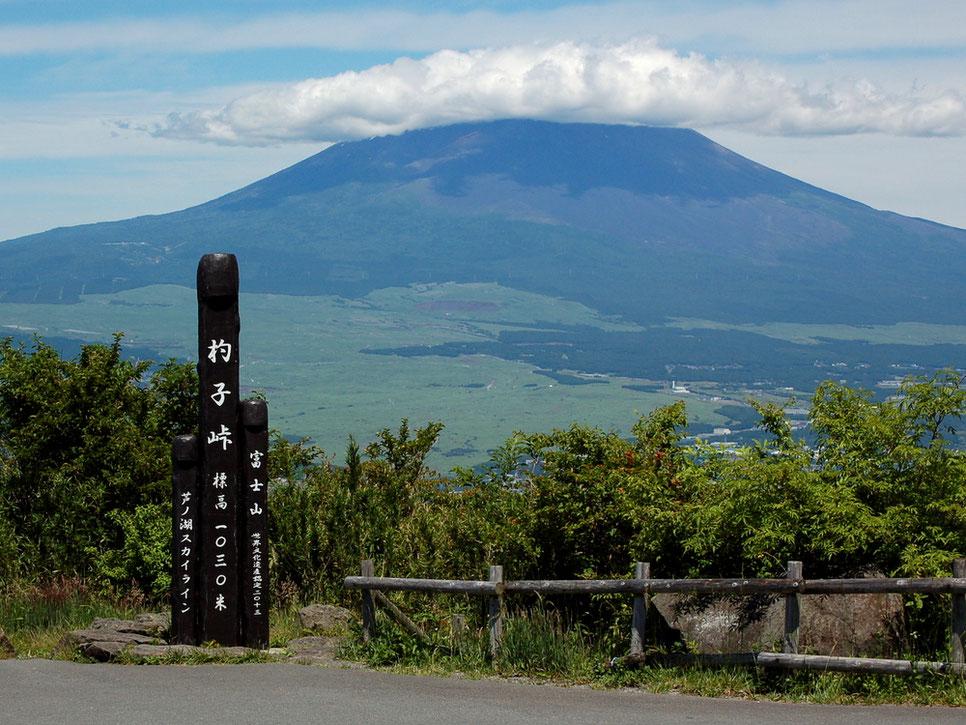 富士山を望む杓子峠は、芦ノ湖スカイラインの絶景ポイントのひとつ