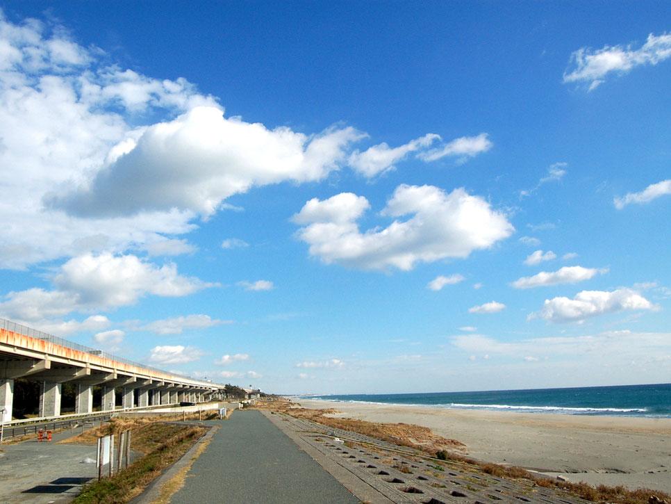 果てしなく続くような潮見バイパスと潮見ビーチ。あえて冬に行きたいスポット
