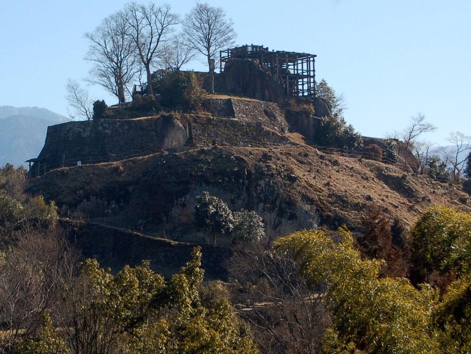 足軽長屋跡から苗木城の天守展望台を見る。城ファンでなくても興味津々