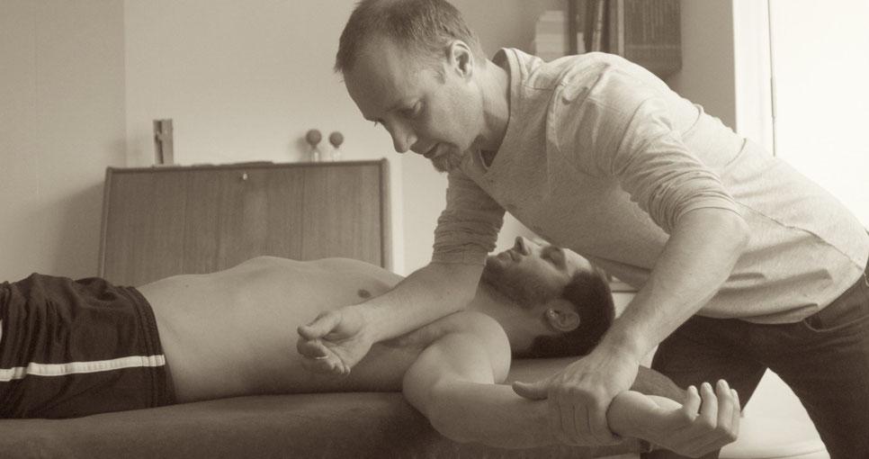 Faszientherapeut Dr. Arne Sturm mobilisiert mit Händen, Fäusten und Ellbogen und exakt dosiertem Druck die verklebten Faszien.