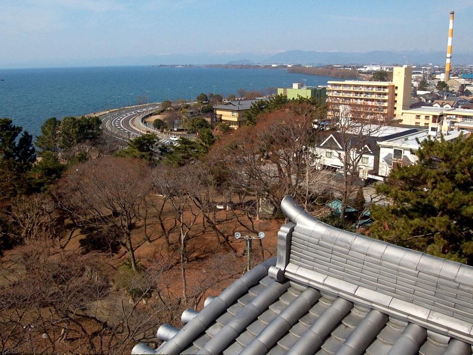 長浜城からの眺め。正面にカーブを描く湖岸道路、そして琵琶湖が広がる