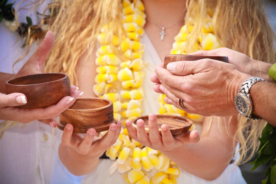 Traurituale, wie die Hawaiianische Sandzeremonie, sollen das Brautpaar in Liebe verbinden