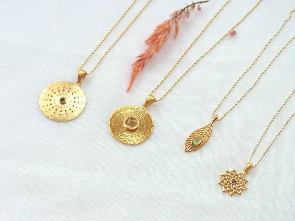 Vergoldete Ketten mit Symbolik und Edelsteinen