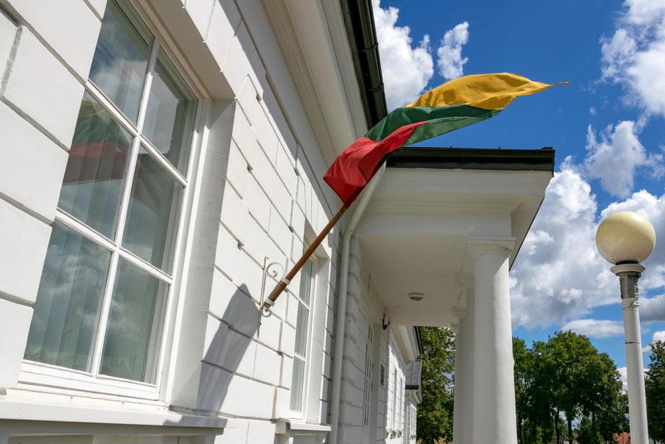 Senojoje Utenos pašto stotyje įsikūrusioje Meno mokykloje plevėsuoja trispalvė vėliava