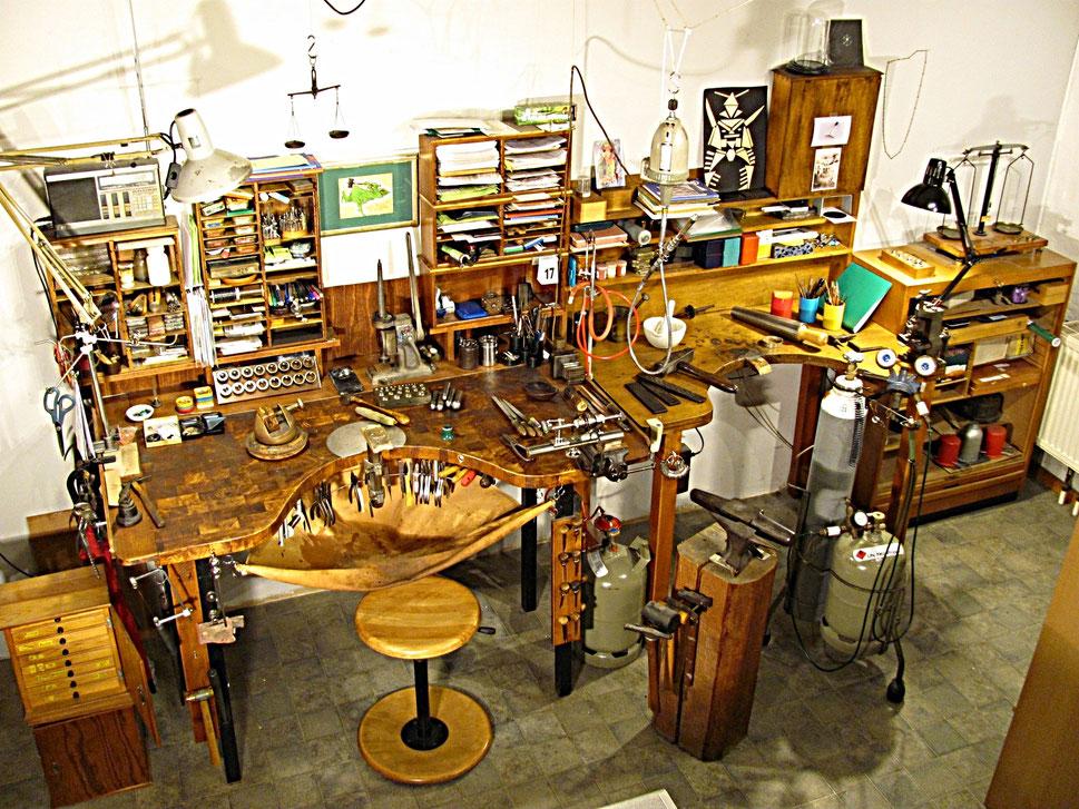 Die Arbeitstische in der Goldschmiede - Werkbretter genannt - mit den vielen Kleinwerkzeugen.