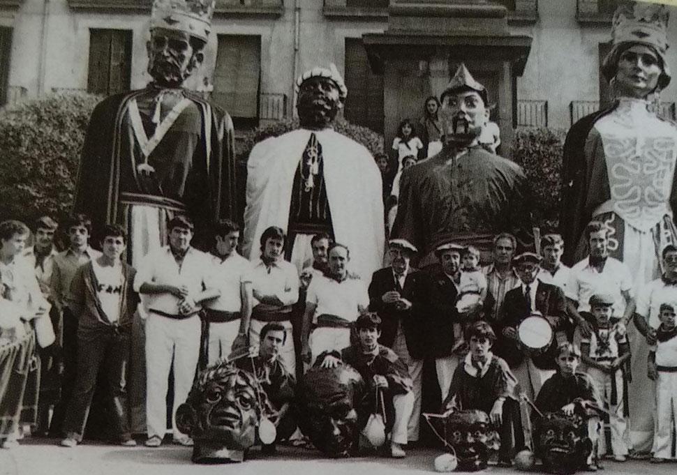 Foto de familia en la Plaza de Navarra.